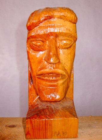 Busto de hombre. Enebro. 10x12x25cm. 1987