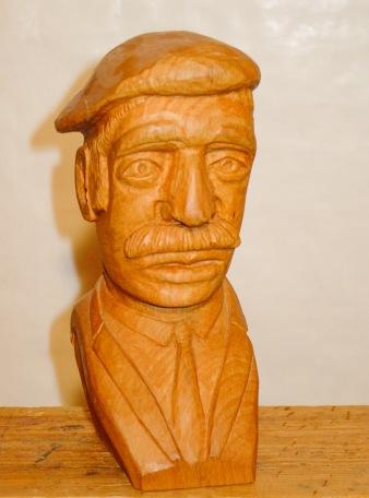 Hombre con boina. Nogal. 8x12x25cm. 1988