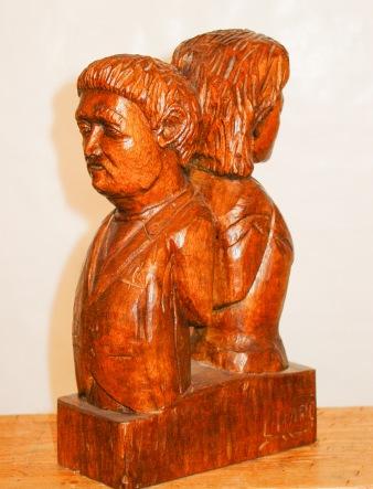 Hombre y mujer de espaldas. Madera tropical. 10x15x25cm. 1988.